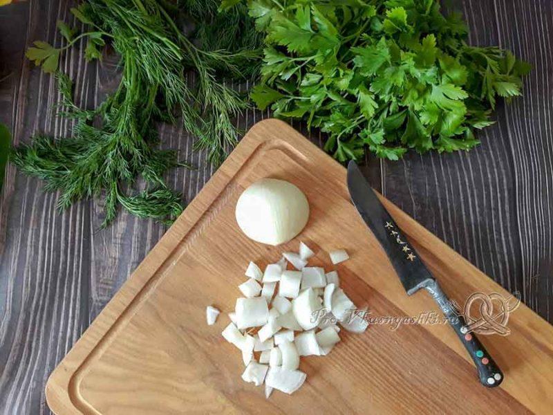 Сырный суп с курицей и плавленным сыром - нарезаем лук