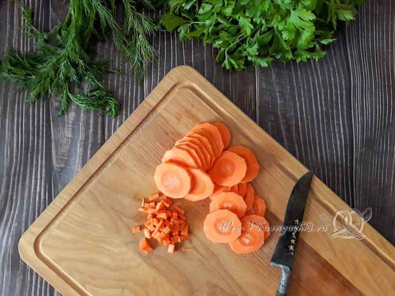 Сырный суп с курицей и плавленным сыром - нарезаем морковь