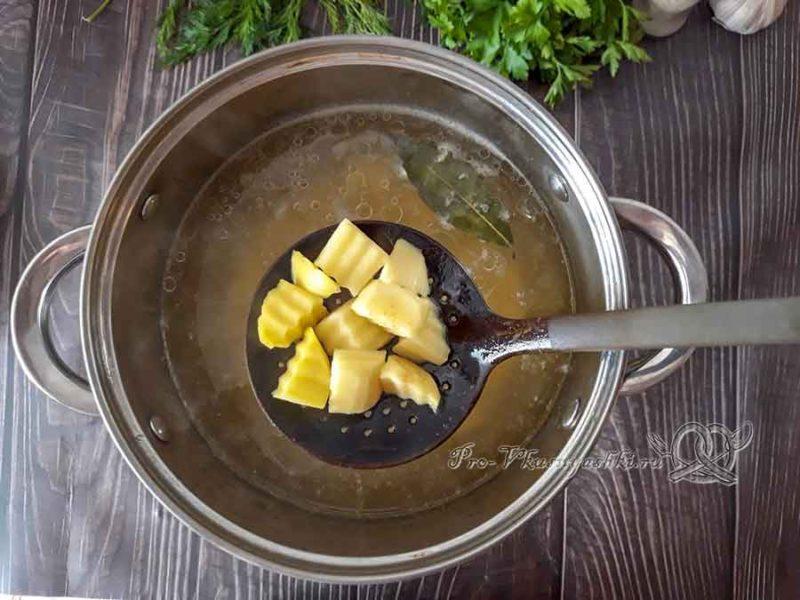 Сырный суп с курицей и плавленным сыром - опускаем картофель в бульон