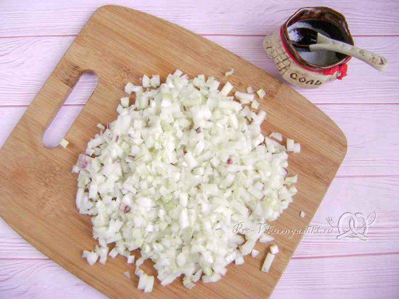 Вак балиш с мясом и картошкой - нарезаем лук