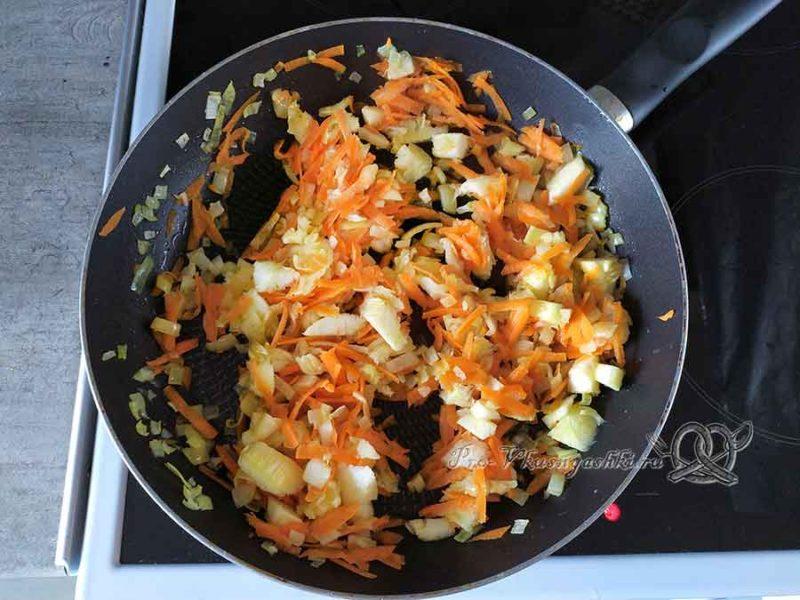 Кабачки фаршированные овощами под сыром - обжариваем лук и морковь