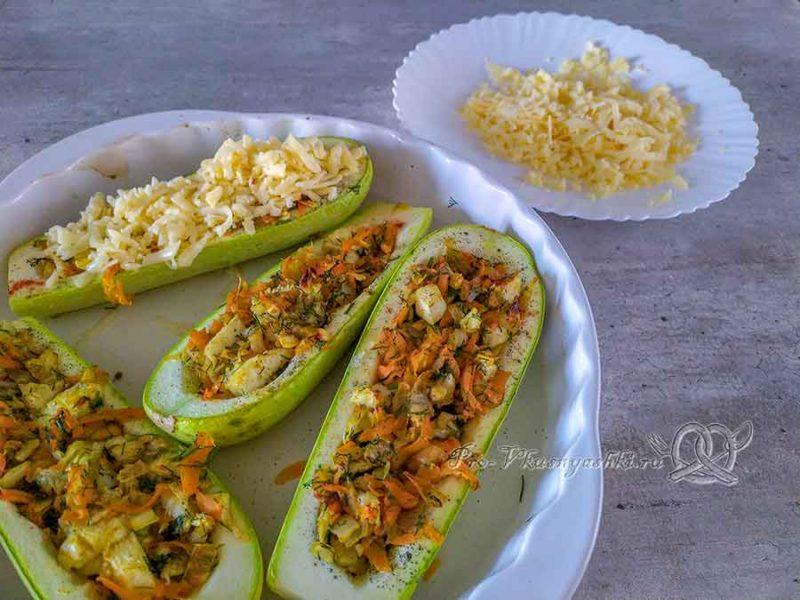 Кабачки фаршированные овощами под сыром - посыпаем кабачки сыром