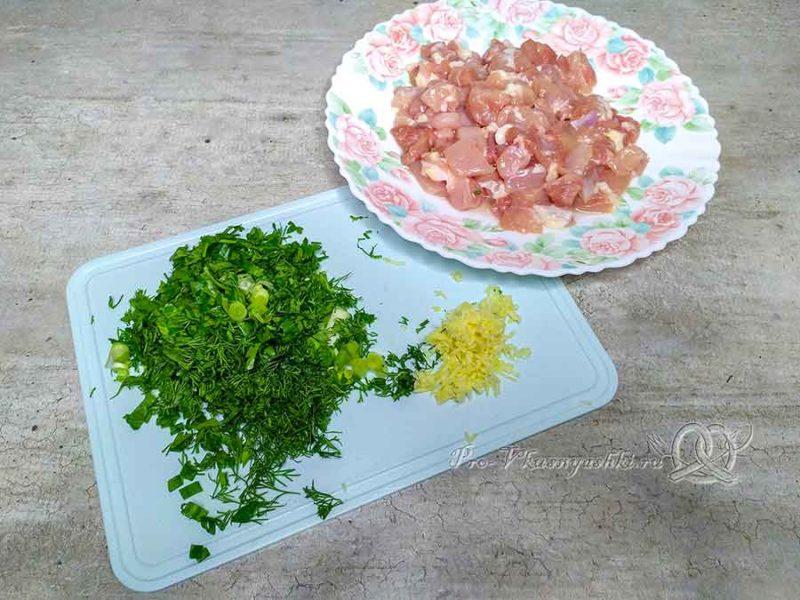 Рулет из куриной грудки в духовке - измельчаем зелень и чеснок