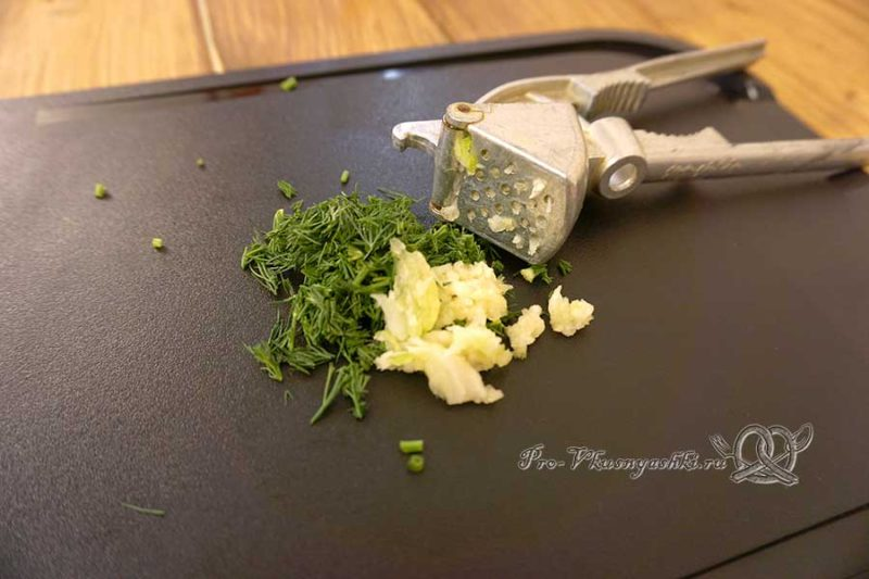 Салат из топинамбура с чесноком - измельчаем зелень и чеснок