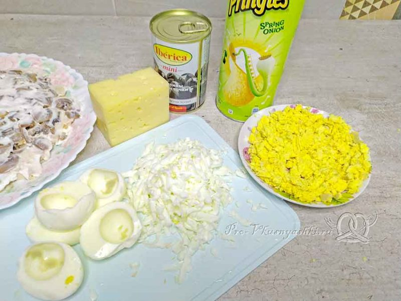 Салат подсолнух с чипсами - измельчаем яйца
