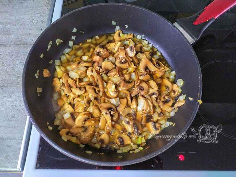 Салат подсолнух с чипсами - обжариваем грибы