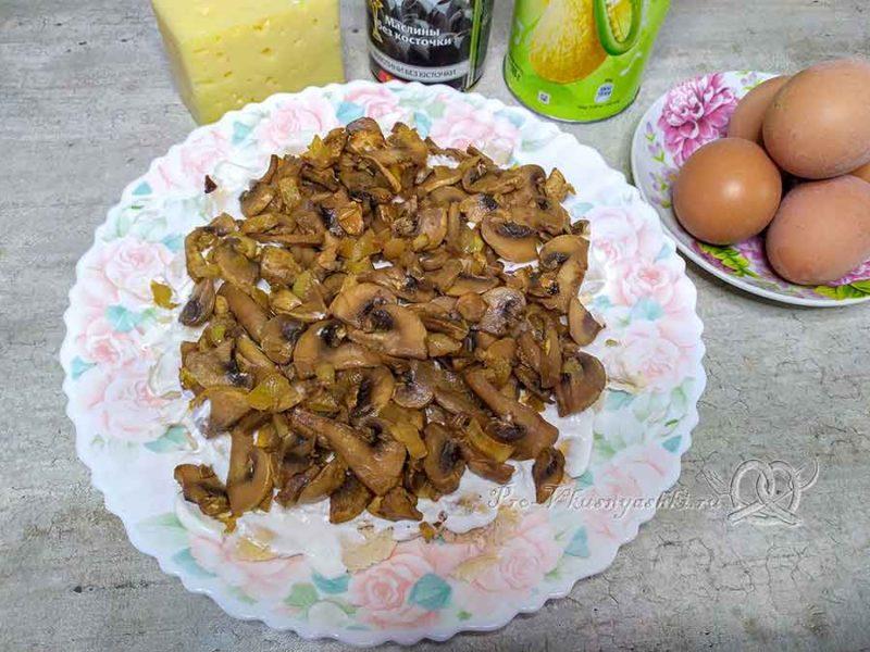 Салат подсолнух с чипсами - измельчаем грибы