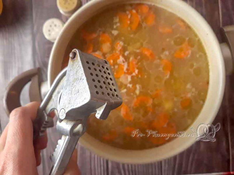 Суп из куриных сердечек - добавляем чеснок в суп