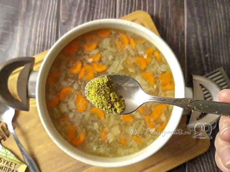 Суп из куриных сердечек - добавляем специи в суп