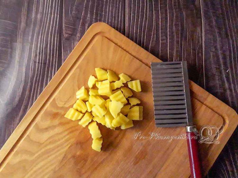 Суп из куриных сердечек - нарезаем картофель