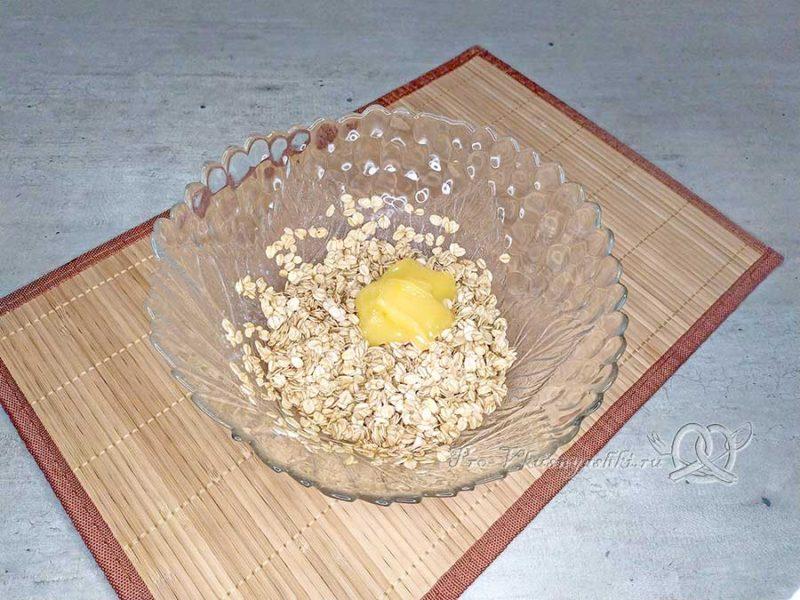Овсяное печенье с клюквой - смешиваем хлопья с медом и маслом