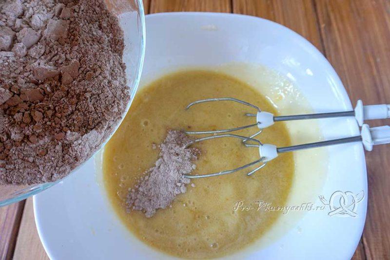 Шоколадный медовик с черносливом и орехами - добавляем сухие ингредиенты в жидкие