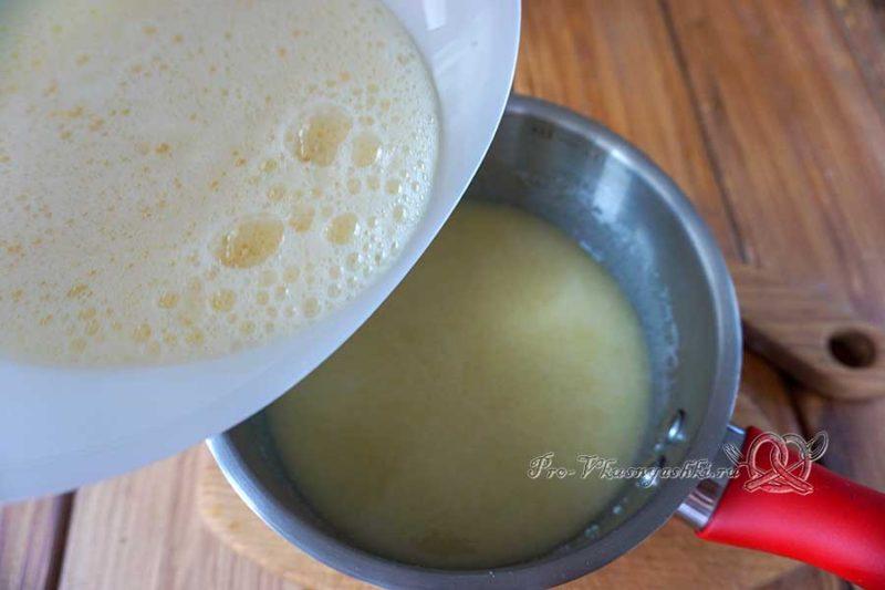 Шоколадный медовик с черносливом и орехами - добавляем яйца в сотейник с сахаром
