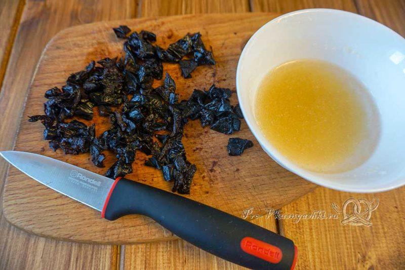Шоколадный медовик с черносливом и орехами - нарезаем чернослив и замачиваем желатин