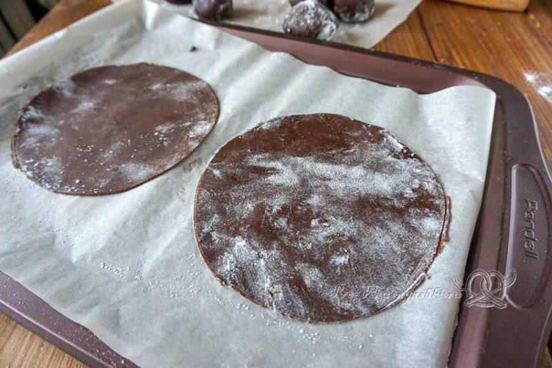 Шоколадный медовик с черносливом и орехами - раскатываем коржи