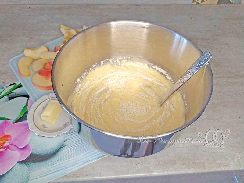 Яблочный бисквит - добавляем муку