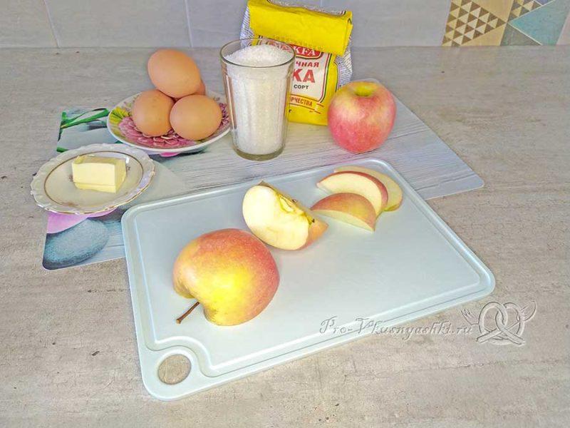 Яблочный бисквит - нарезаем яблоки
