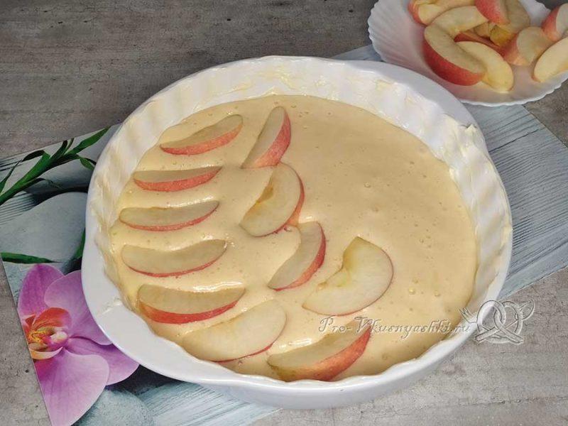 Яблочный бисквит - выкладываем яблоки