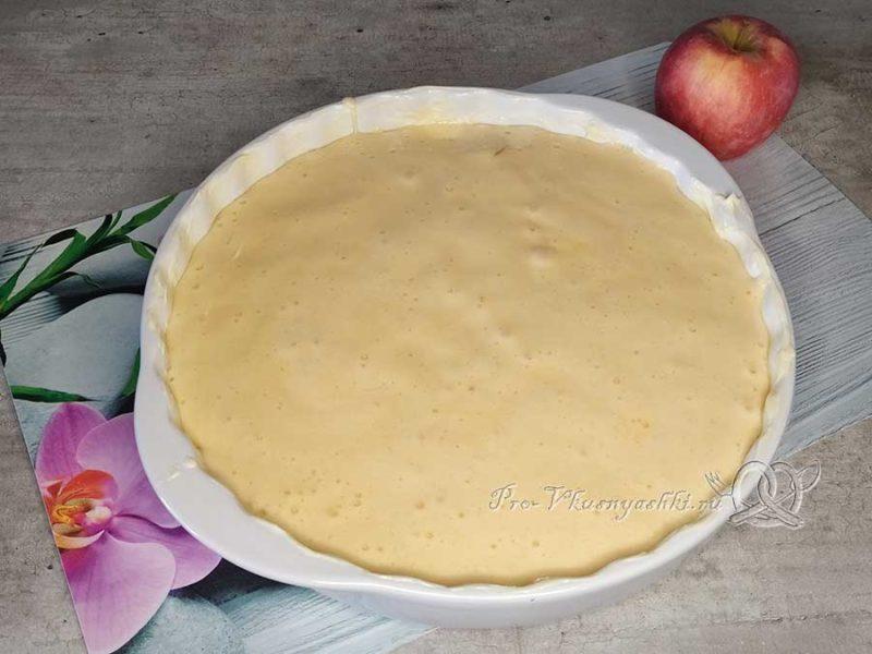 Яблочный бисквит - выливаем вторую часть теста