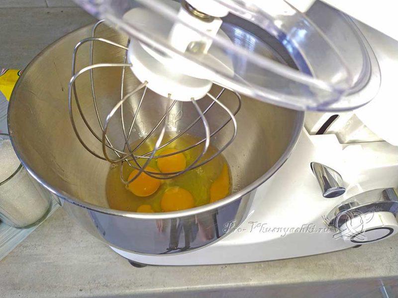 Яблочный бисквит - взбиваем яйца