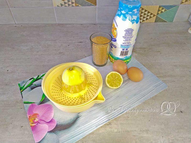 Лимонный пирог - выдавливаем лимонный сок