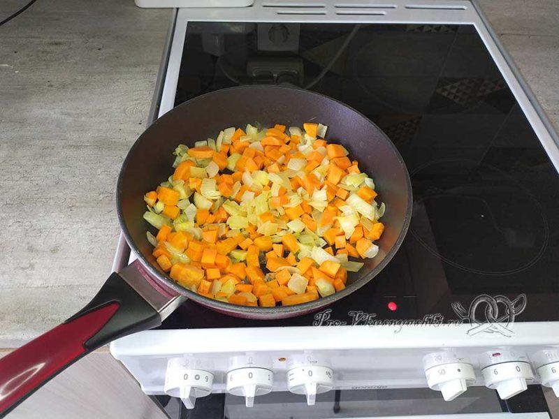 Паштет из куриной печени с морковью - обжариваем овощи