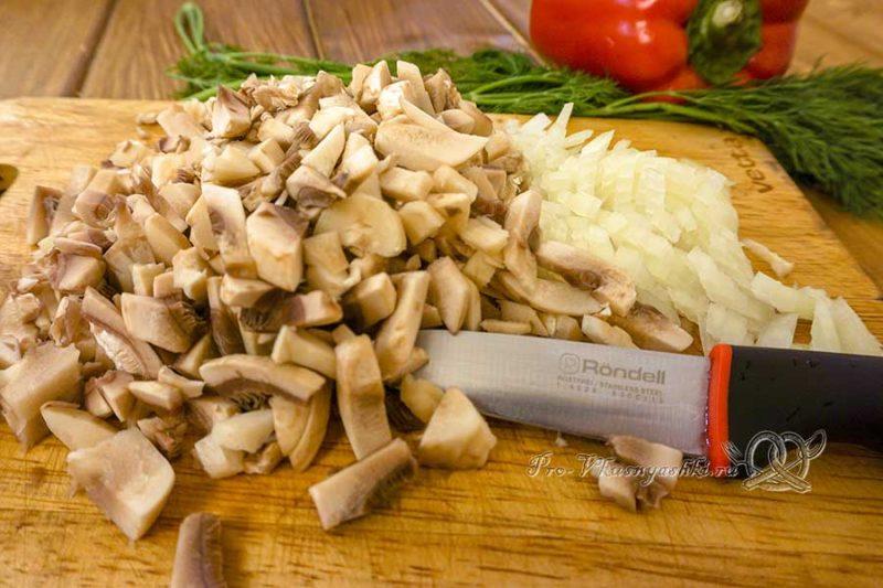 Рубленые куриные котлеты с грибами - нарезаем лук и грибы
