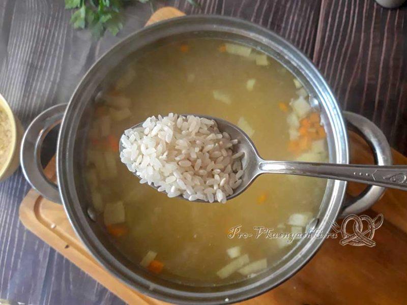 Сырный суп с копченостями - добавляем рис в суп