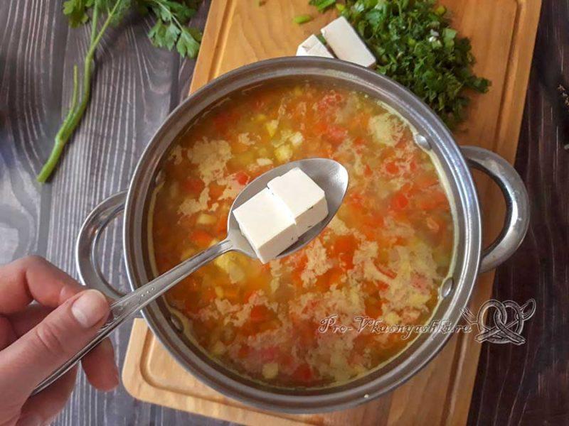 Сырный суп с копченостями - добавляем сыр в суп