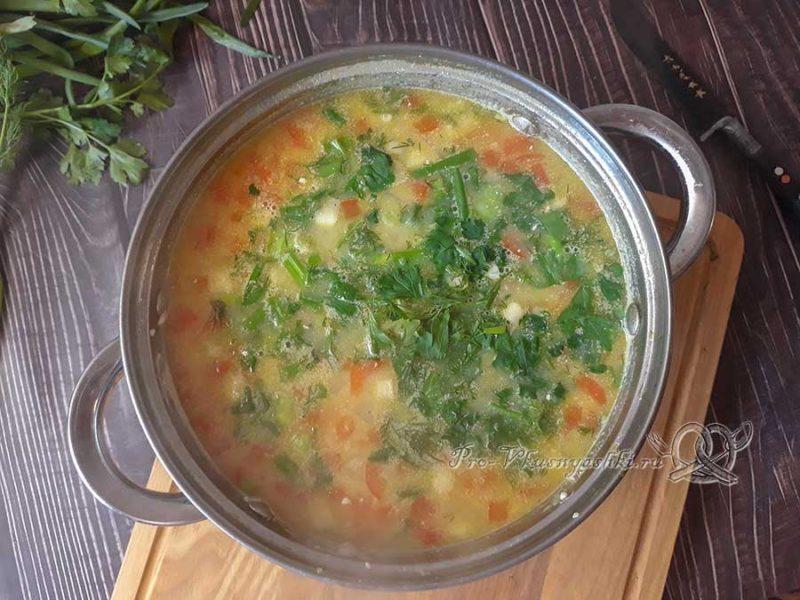 Сырный суп с копченостями - добавляем зелень в суп