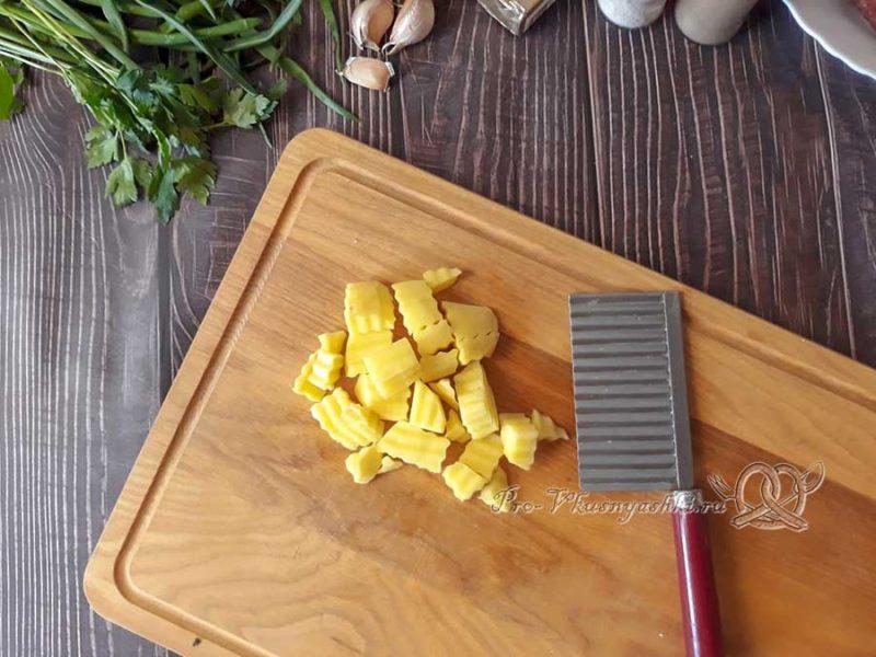Сырный суп с копченостями - нарезаем картофель