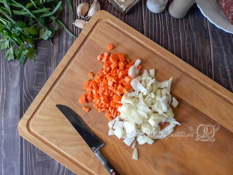 Сырный суп с копченостями - нарезаем морковь и лук