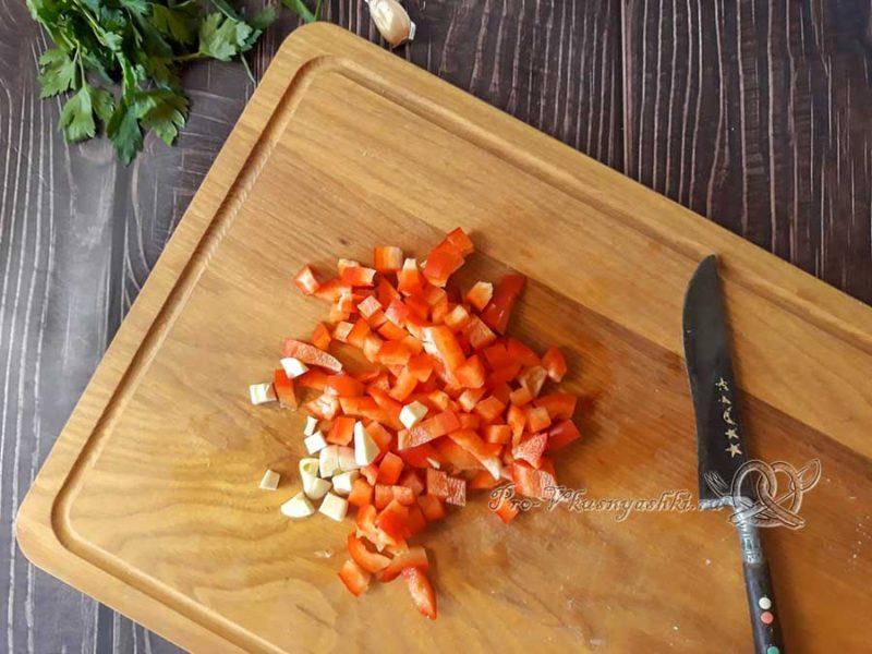 Сырный суп с копченостями - нарезаем перец и чеснок