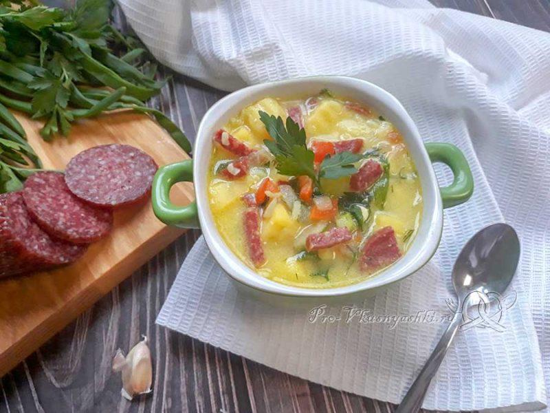 Сырный суп с копченостями - подача