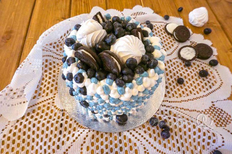 Бисквитный торт со сливочным кремом «Черная смородина» - подача