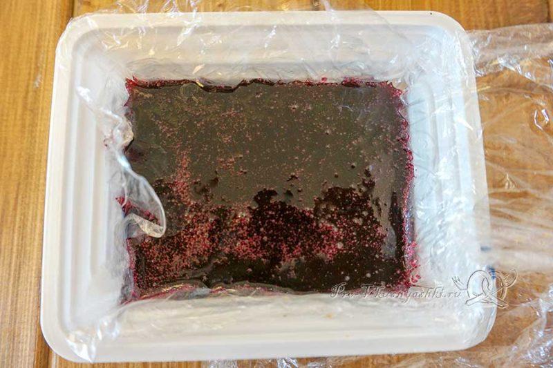 Бисквитный торт со сливочным кремом «Черная смородина» - выливаем желе в форму