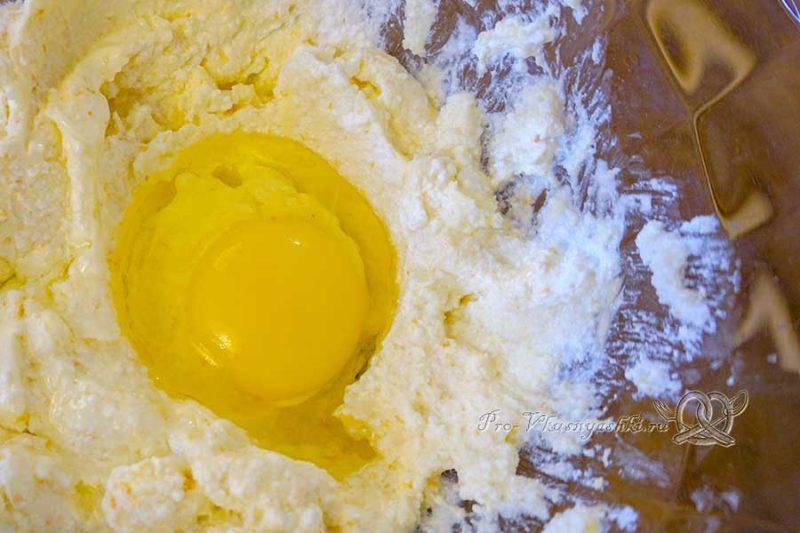 Домашние творожные сырки в шоколаде - добавляем яйцо