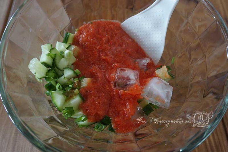 Холодный суп гаспачо классический - смешиваем томатное пюре с огурцами