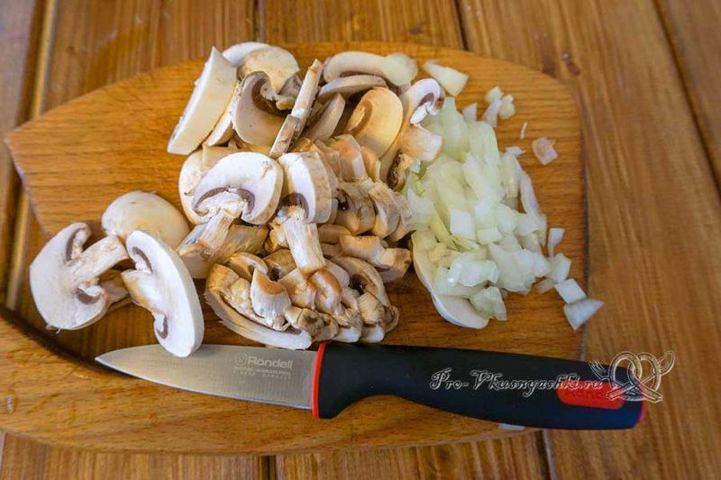 Киш с курицей и грибами - нарезаем грибы и лук