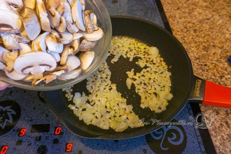 Киш с курицей и грибами - обжариваем грибы и лук