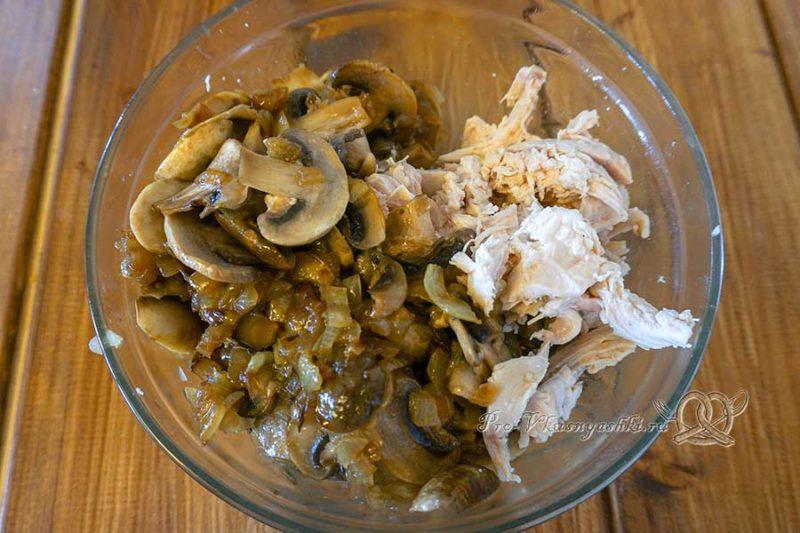 Киш с курицей и грибами - смешиваем ингредиенты начинки