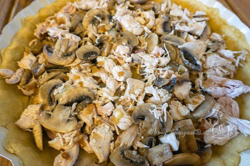 Киш с курицей и грибами - выкладываем начинку на тесто