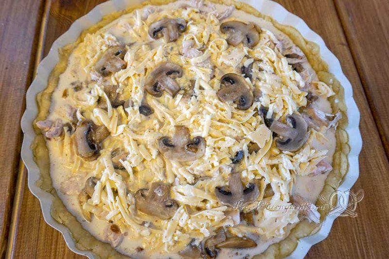 Киш с курицей и грибами - выливаем заливку в пирог