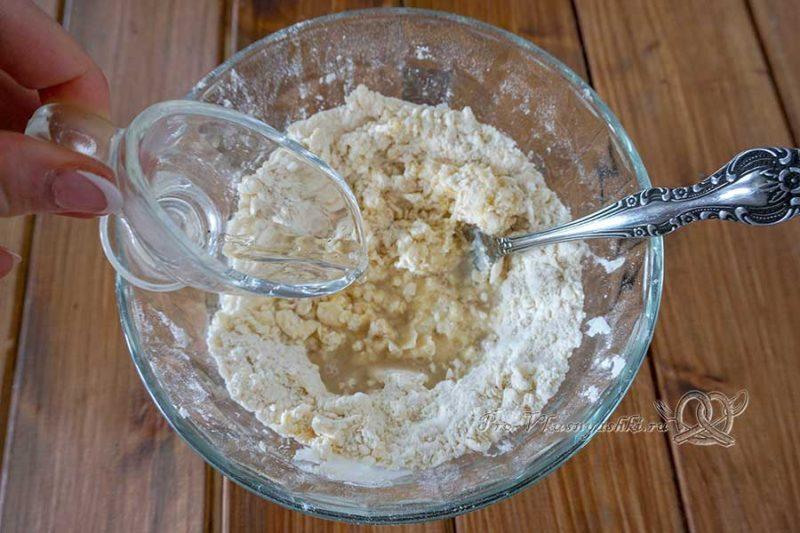 Киш с ветчиной и сыром - добавляем воду