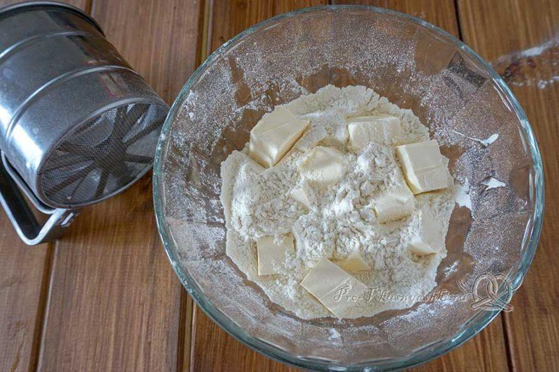 Киш с ветчиной и сыром - растираем муку с маслом