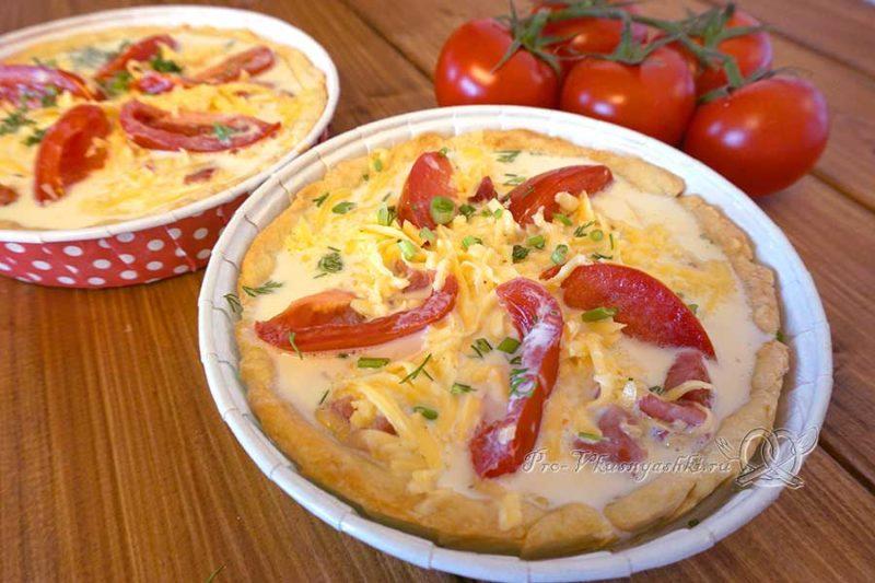 Киш с ветчиной и сыром - выливаем заливку в начинку