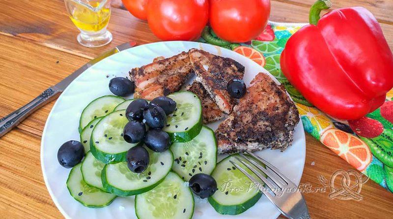 Стейк из тунца на сковороде гриль - готовое блюдо