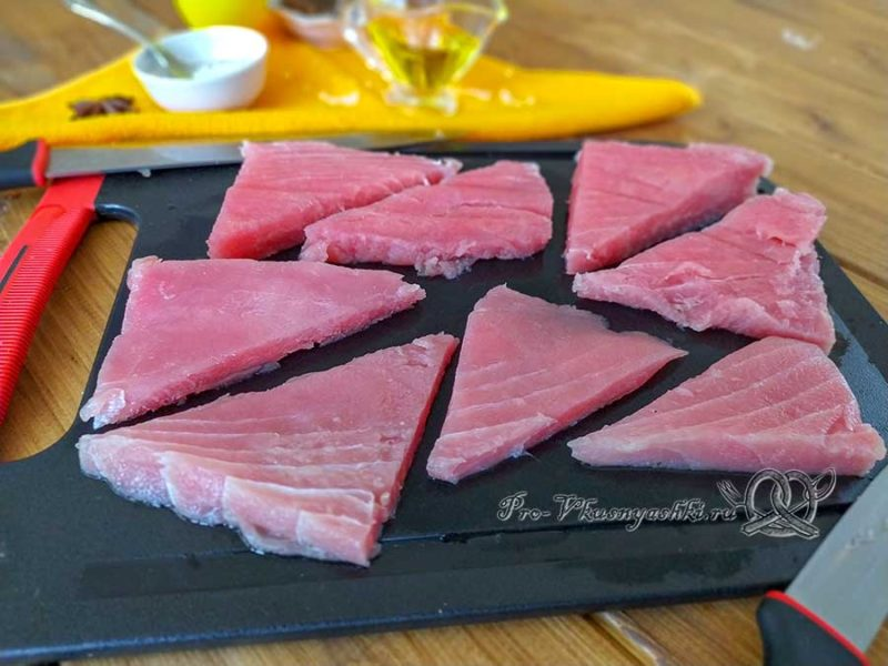 Стейк из тунца на сковороде гриль - нарезаем треугольники