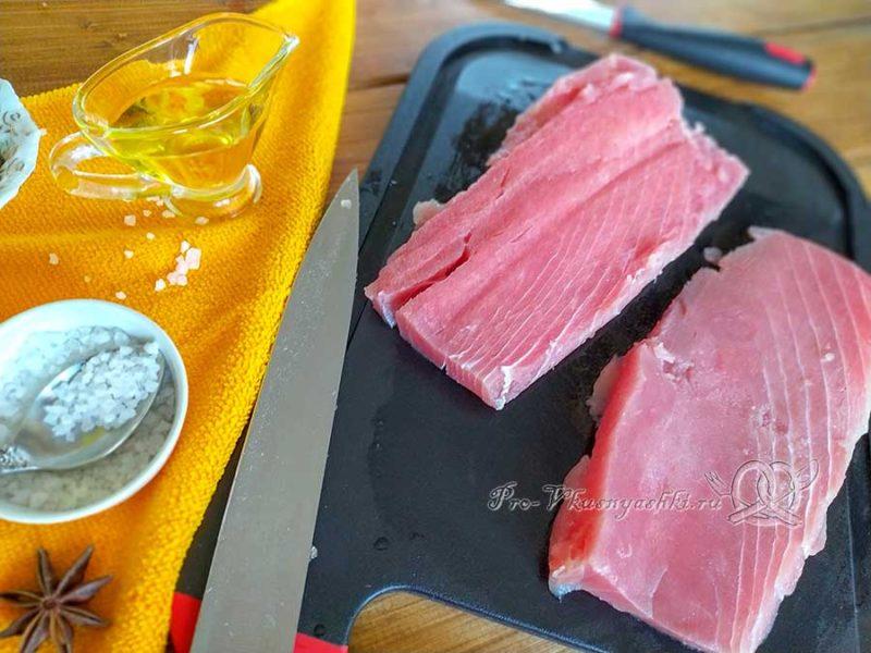 Стейк из тунца на сковороде гриль - режем вдоль