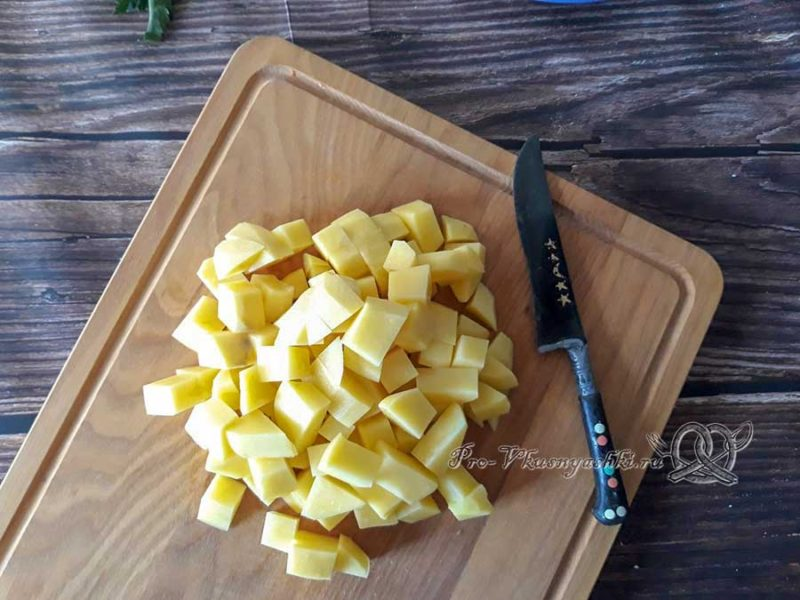Сырный суп-пюре с шампиньонами - нарезаем картофель